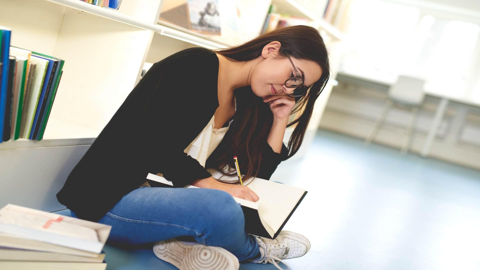 סטודנטית מבצעת עריכה לשונית לעבודת דוקטורט