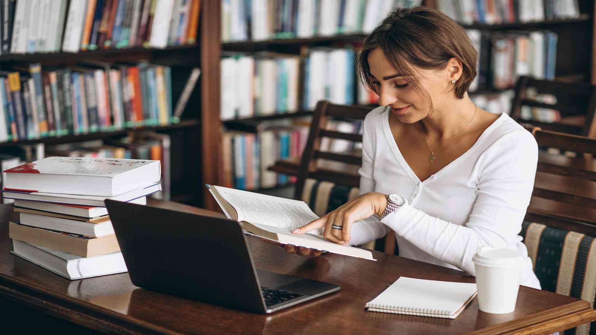 סטודנטית לחינוך כותבת שאלת מחקר בחינוך